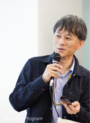 ペンケースを紹介中の和田
